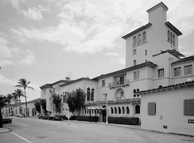Black and white photo of the street front of the Everglades Club Palm Beach