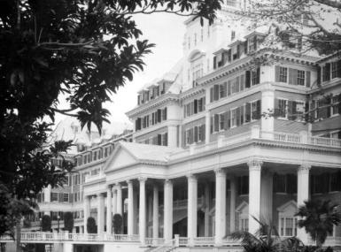 Grand entrance of Royal Poinciana Hotel with long covered porch and many pillars
